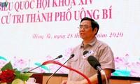 越共中央组织部部长范明正与广宁省汪秘市选民接触
