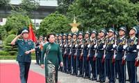 越南国会主席阮氏金银视察防空空军部队