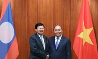 越南政府总理阮春福与老挝政府总理通伦举行会谈