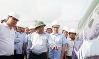 越南政府总理阮春福检查龙城机场建设项目施工情况