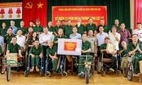 越南国会副主席杜伯巳看望富寿省为国立功者荣养中心并赠送礼物