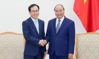 阮春福会见三星集团越南公司总经理