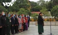第二届全国少数民族代表大会参会代表团向雄王上香、入陵瞻仰胡志明主席遗容