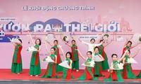 """越南少先队中央委员会举行第一届""""越南少年儿童走向世界""""比赛颁奖仪式"""