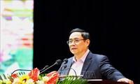 越共中央组织部部长范明正在山罗省拜年