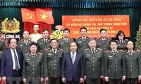 越南政府总理阮春福向人民公安力量拜年