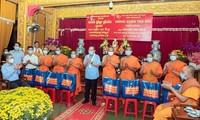 政府常务副总理张和平向胡志明市高棉族同胞拜年并赠送年礼