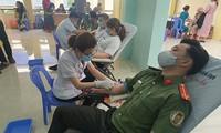 """""""为了亲爱的战友的情义热血""""无偿献血活动在岘港举行"""