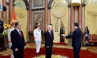 越共中央总书记、国家主席阮富仲会见前来递交国书的各国大使