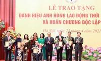 越南国家主席阮春福向为国立功者颁发劳动英雄称号及独立勋章