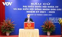 越南选民积极参加国会代表、各级人民议会代表选举投票