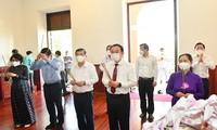 为胡志明主席、孙德胜主席及其他为国立功者举行上香缅怀仪式