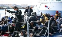 非法移民船在利比亚海域倾覆后获救
