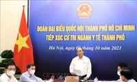 越南国家主席阮春福与胡市卫生部门的选民进行接触