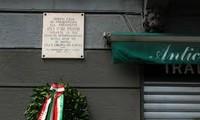 Menegakkan Patung Presiden Ho Chi Minh di kota Milan, Italia