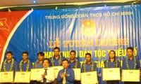 Memberi penataran tentang agama dan etnis untuk anggota Liga Pemuda