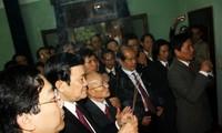 Presiden Truong Tan Sang membakar hio untuk mengenangkan Presiden Ho Chi Minh