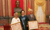 Wapres Vietnam Nguyen Thi Doan memberikan bintang persahabatan kepada 2 orang profesor diaspora Vietnam