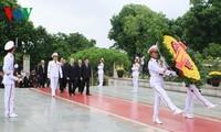 Pimpinan Partai dan Negara membakar hio untuk mengenangkan para martir dan berziarah kepada Mosoleum Presiden Ho Chi Minh