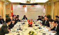 PM Nguyen Tan Dung tiba di Singapura dan melakukan pertemuan dengan komunitas orang Vietnam