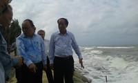 Deputi PM Nguyen Xuan Phuc memeriksa dan memberikan bimbingan untuk menyelamatkan pantai Cua Dai di kota Hoi An