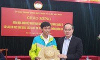 Ketua Pengurus Besar Front Tanah Air Vietnam menerima rombongan pelajar peserta Olympiade-olympiade internasional
