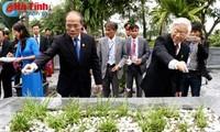 Pimpinan Partai Komunis dan Negara Vietnam membakar hio mengenangkan Penyair Besar Nguyen Du.