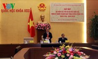 Ketua MN Nguyen Sinh Hung melakukan pertemuan dengan berbagai generasi anggota MN Vietnam