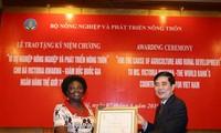Penyampaian lencana peringatan demi usaha pertanian kepada ibu Victoria KwaKwa, mantan Direktur Nasional Bank Dunia di Vietnam