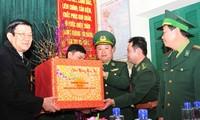 Der Staatspräsident beglückwünscht Soldaten in Lao Cai
