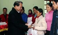 Geschenke für arme Angehörige der ethnischen Minderheiten