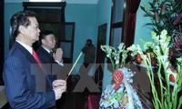Premierminister Nguyen Tan Dung besucht Ho Chi Minhs Gedenkstätte
