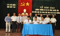 Die in Deutschland lebenden Vietnamesen schenken Soldaten auf Truong Sa ein Boot