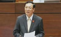 Bildungsminister Pham Vu Luan stellt sich dem Parlament