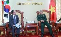 Vietnamesischer Vize-Verteidigungsminister trifft Direktor der KOICA in Vietnam