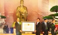 Übergabe der Urkunde als besonderes nationales Denkmal für den Trang Trinh-Tempel