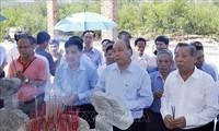 Premierminister Nguyen Xuan Phuc zündet Räucherstäbchen zu Ehren der Helden und gefallenen Soldaten an
