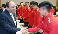 Premierminister Nguyen Xuan Phuc ermutigt die vietnamesische Fußballnationalmannschaft