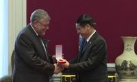 Überreicherung des Freundschaftsordens an die belgisch-vietnamesische Freundschaftsgesellschaft