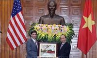 Premierminister Nguyen Xuan Phuc empfängt US-Verteidigungsminister Esper