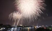 Feuerwerke an 30 Orten in der Nacht zum Jahreswechsel in Hanoi