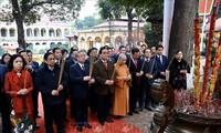 Ständiges Mitglied des KPV-Sekretariats zündet Räucherstäbchen in der Thang-Long-Zitadelle an