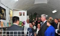 Kubas Präsident Bermudez besucht vietnamesischen Stand bei der internationalen Buchmesse von Havanna