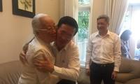 Der Leiter der Zentralabteilung für Aufklärung und Erziehung besucht die Ärztin des Volkes Doan Thuy Ba