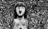 "Fotograf Tran Phong präsentiert Fotobuch ""Holzstatuen im Hochland Tay Nguyen"""