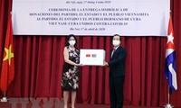 Übergabe des Briefs von Generalsekretär und Staatspräsident Nguyen Phu Trong und Reis an Kuba zum Kampf gegen Covid-19