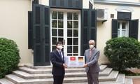 Vietnamesische Alumni überreicht 5000 Mundschutzmasken an Deutschland