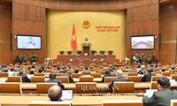 9. Parlamentssitzung: Abgeordnete versammeln sich im Parlamentsgebäude
