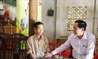 Geschenkübergabe an Familien der verdienstvollen Menschen in Ha Tinh