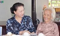 Parlamentspräsidentin überreicht Geschenke an Familien von verdienstvollen Menschen in Ba Ria – Vung Tau
